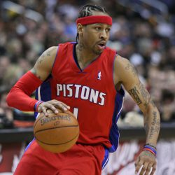 Allen Iverson med röd Shooter Arm Sleeve at Bench-Crew
